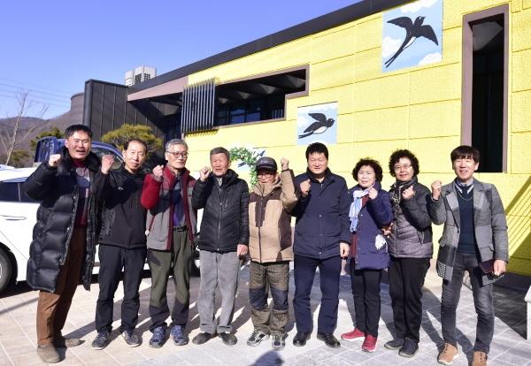 괴산군 청안면 부흥마을권역 주민들이 화이팅 포즈를 취하고 있다.