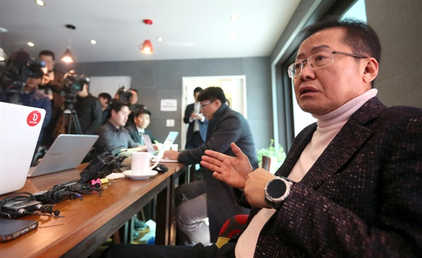 자유한국당 홍준표 전 대표가 8일 오후 경남 창원시 의창구 한 카페에서 열린 지역 언론 기자 간담회에서 취재진 질문에 답하고 있다. 2019.2.8