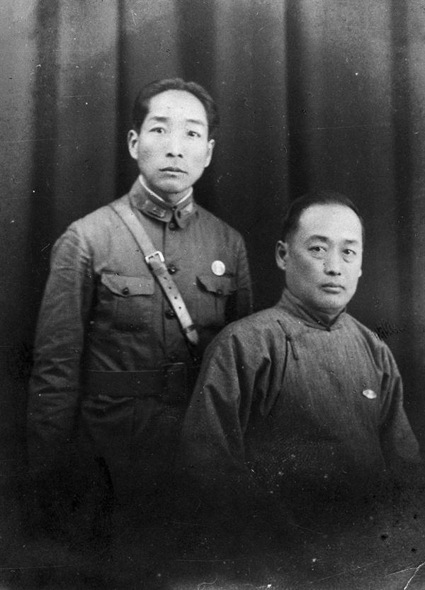중앙군관학교 군의관 시절의 신건식(왼쪽)과 박찬익(1931) 신건식은 신순호의 아버지이며, 박찬익은 박영준의 아버지이다.