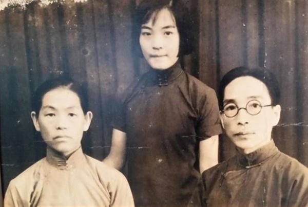 독립운동가 신순호(가운데)의 가족자신 왼쪽은 어머니 오건해, 오른쪽은 아버지 신건식