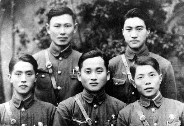 중국 중앙군관학교 졸업 당사의 박영준(가운데, 1939) 박영준은 중국 중앙군관학교를 졸업하고 한국광복군 3지대(지대장 김학규) 1구대장 등을 역임하였다.