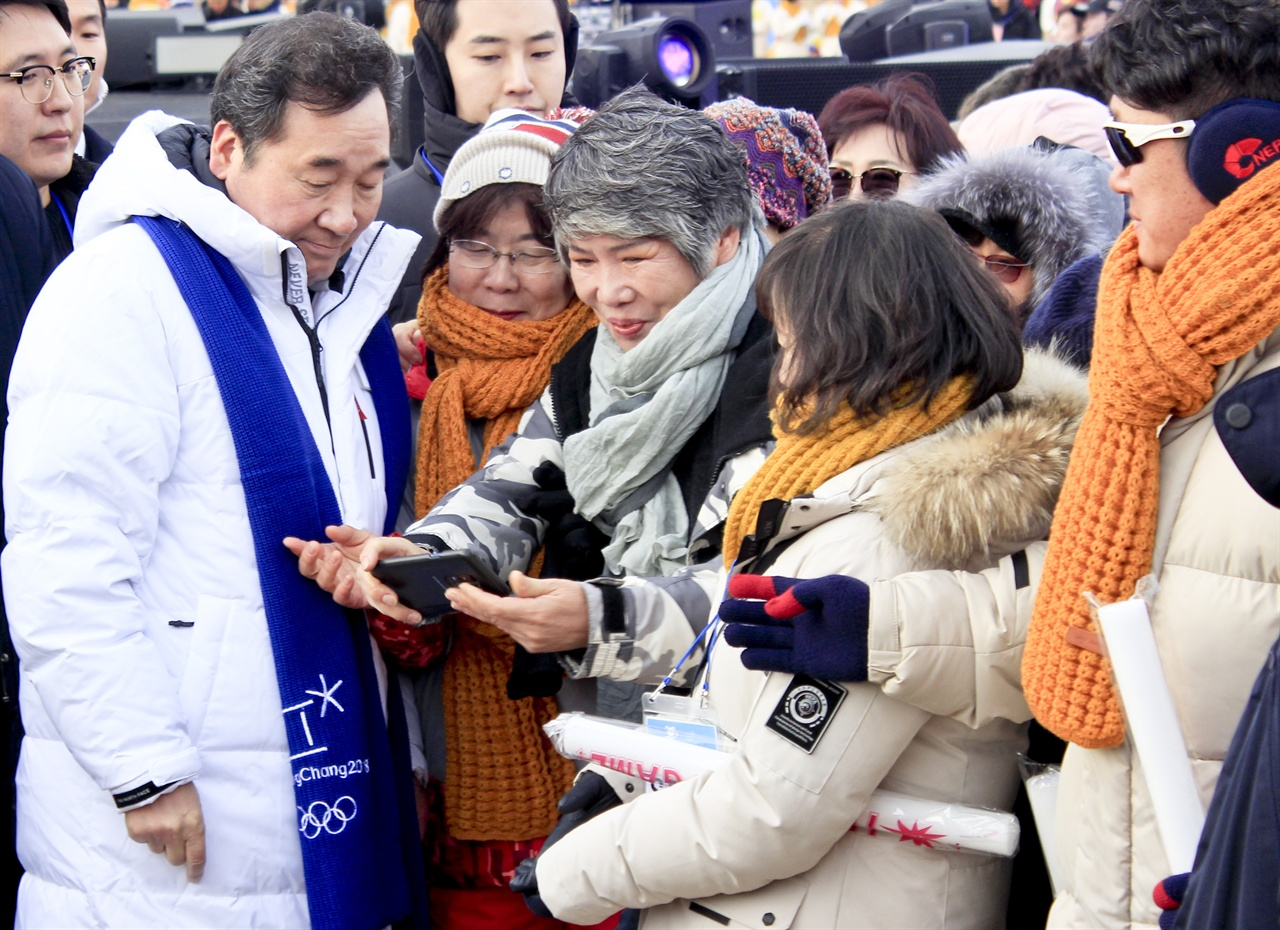 이낙연 총리와 '셀카' 찍는 시민들 평창 동계올림픽 기념식장에서 시민들이 이낙연 총리에게 셀카 촬영을 요청하고 있다.