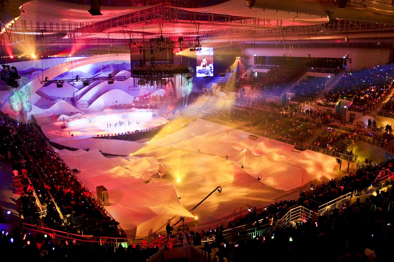 평창 동계올림픽 1주년 기념 대축제가 강릉 아이스 아레나에서 개최되었다.