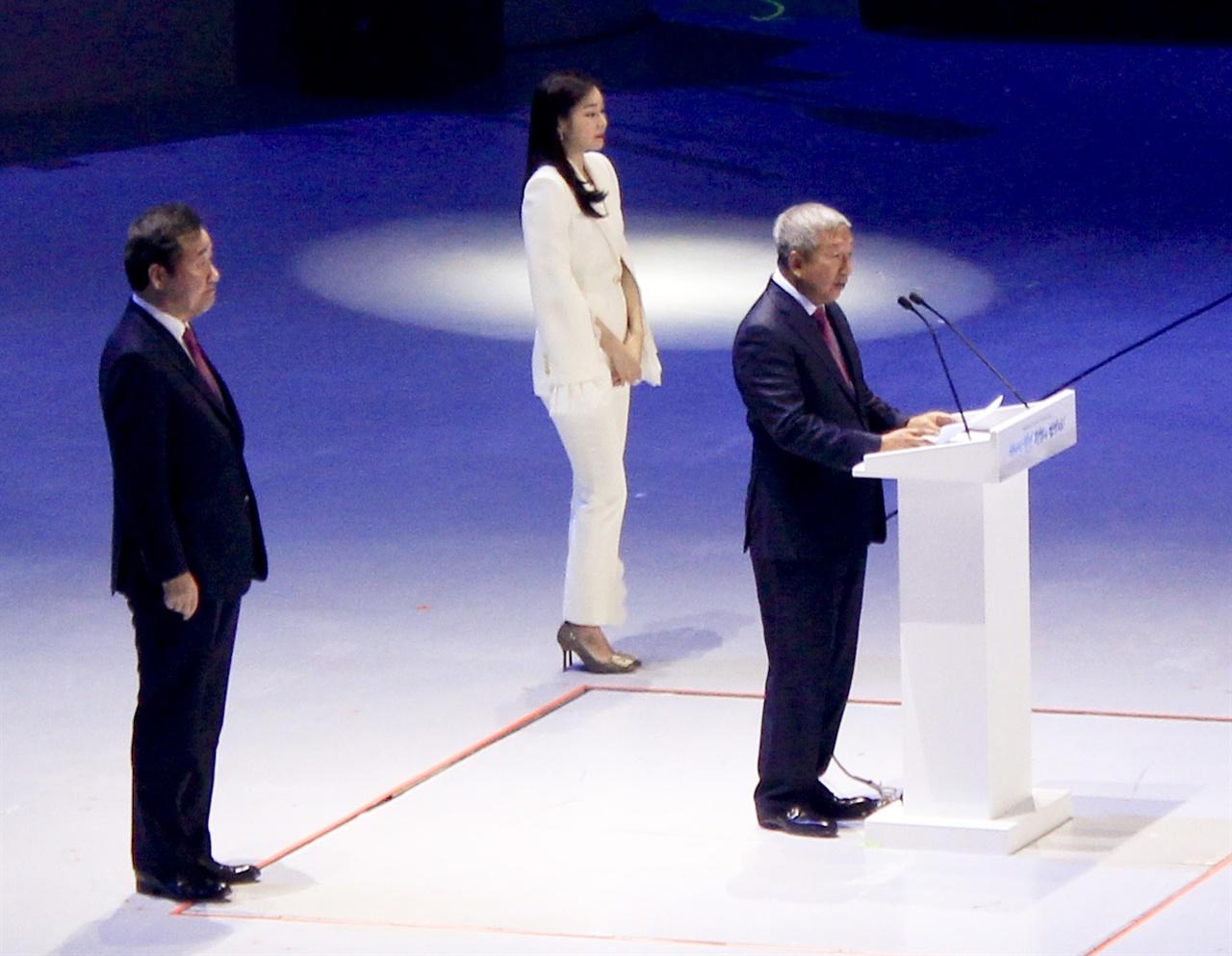 세르미앙 응 IOC 재정분과위원장이 평창 동계올림픽 1주년 기념 대축제에서 축사하고 있다. 뒤로 김연아 씨(하얀 옷)와 이낙연 총리(검은 옷)이 보인다.