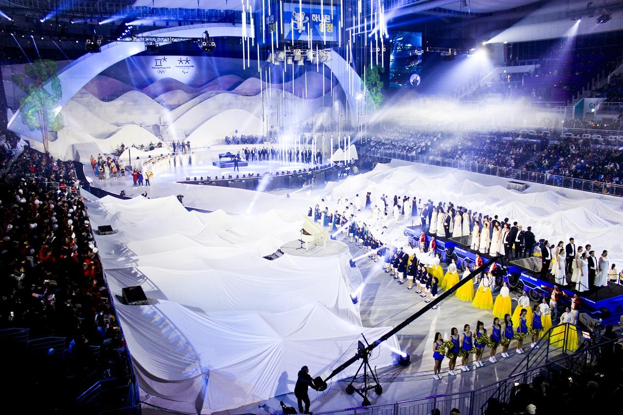 평창 동계올림픽 1주년 기념 대축제에서 합창단이 아리랑을 부르고 있다.