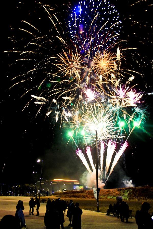 아이스 아레나 밝히는 불꽃 평창 동계올림픽 1주년 기념 대축제가 끝난 후 불꽃 축제가 이어지고 있다. 평창 동게올림픽은 2주년, 3주년을 넘으면 이 불꽃처럼 더욱 찬란하게 기억될까.