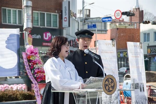 지난 2월 8일 11시, 경북 고령군 대가야읍 중앙네거리에서는  '2·8독립선언 100주년 기념식'이 열렸다. 당시 복장을 한 남녀 참가자가 독립선언을 낭독하고 있다.