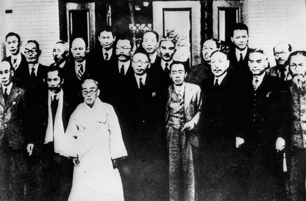 대한민국 임시정부 요인 1진 귀국(1945.11.23.) 뒷줄 왼쪽부터 다섯 번째가 김상덕 선생이다.
