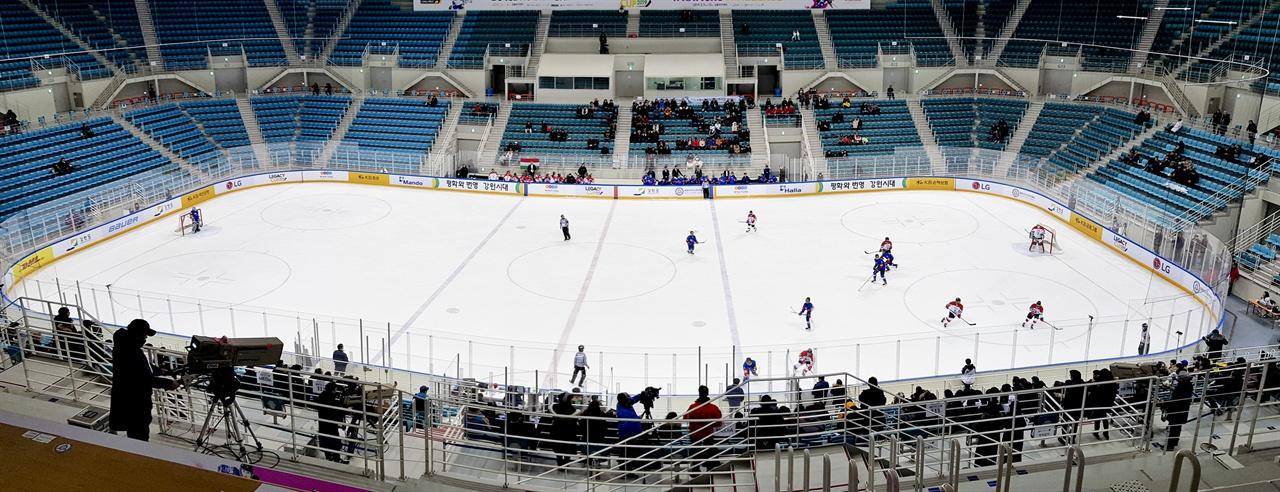 여자 아이스하키 W 네이션스 챌린지가 강릉 하키센터에서 열렸다. 10일 한국과 헝가리 간의 경기 모습.
