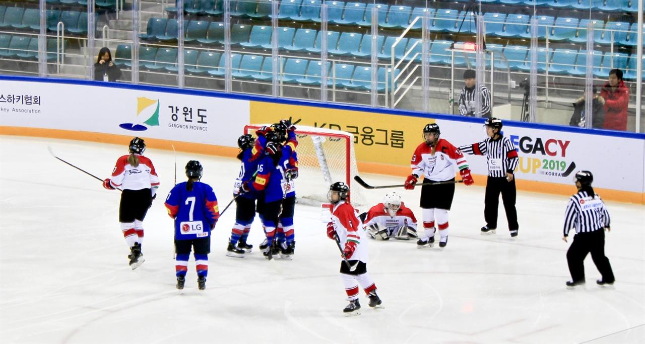 극적골에 얼싸안은 선수들 W 네이션스 챌린지의 두 번째 경기인 한국과 헝가리 전, 2피리어드에서 추가골을 낸 선수들이 얼싸안고 있다.