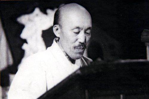 홍명희. 1948년 평양 남북연석회의에서 축사를 낭독하는 모습.