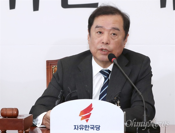 비대위 주재한 김병준 자유한국당 김병준 비상대책위원장이 11일 오전 국회에서 열린 비대위 회의에서 모두발언을 하고 있다.