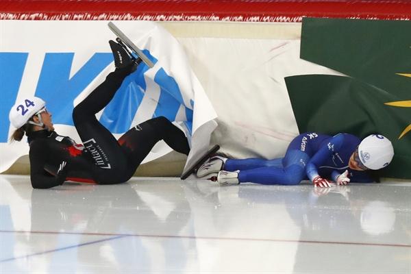 한국 여자 스피드스케이팅 국가대표 김보름(오른쪽)이 11일(한국시간) 독일 인첼의 막스 아이허 아레나에서 열린 여자부 매스스타트에서 넘어져 괴로워 하고 있다.