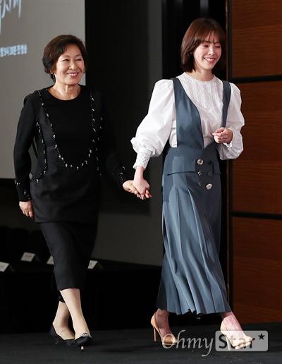 '눈이 부시게' 김혜자-한지민, 우리는 혜자 배우 김혜자와 한지민이 11일 오후 서울 여의도의 한 호텔에서 열린  JTBC 새 월화드라마 <눈이 부시게> 제작발표회에서 입장하고 있다. <눈이 부시게>는 주어진 시간을 다 써보지도 못하고 잃어버린 여자와 누구보다 찬란한 순간을 스스로 내던지고 무기력한 삶을 사는 남자의 이야기를 그린 시간 이탈 로맨스 드라마다. 11일 월요일 오후 9시 30분 첫 방송.