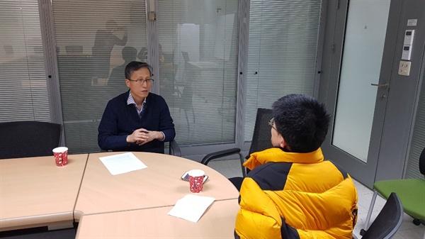 금철영 KBS 보도본부 통일외교 부장이 인터뷰를 하고 있다.