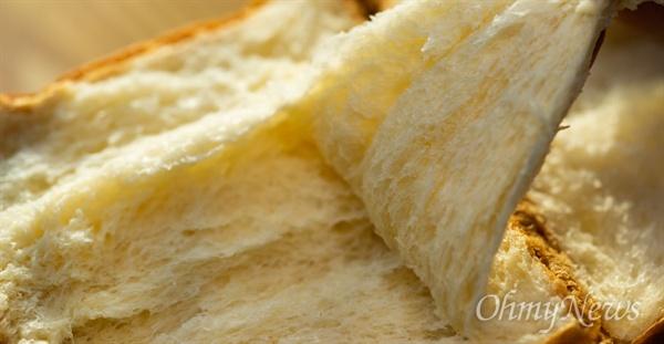 미듬영농조합에서 만든 쌀빵을 손에 들어보니 밀가루빵처럼 가볍지 않고 무게감이 있다. 차지게 씹히고, 씹을수록 구수함이 느껴졌다. 식빵의 겉은 쌀 특성 때문인지 밀가루빵보다 다소 딱딱하지만, 호밀빵이나 바게트 겉만큼 딱딱하지는 않았다.