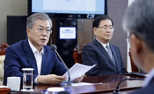 문재인 대통령이 11일 오후 청와대 여민관에서 열린 수석ㆍ보좌관 회의에서 발언하고 있다.