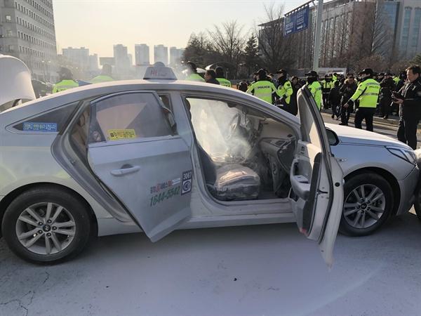 11일 오후 서울 여의도 국회 앞 도로에서 한 택시기사가 분신을 시도했다. 경찰 및 소방 관계자들이 현장을 정리하고 있다. 2019.2.11