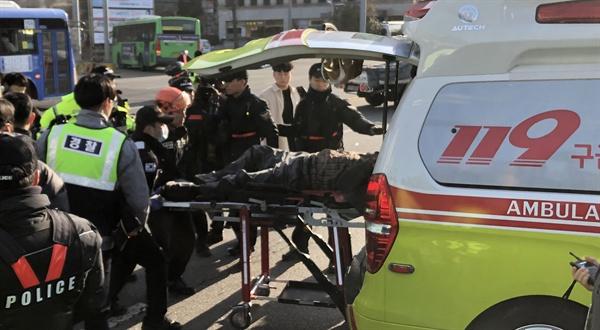 11일 오후 서울 여의도 국회 앞 도로에서 한 택시기사가 분신을 시도했다. 분신한 택시기사가 구급차로 후송되고 있다. 2019.2.11