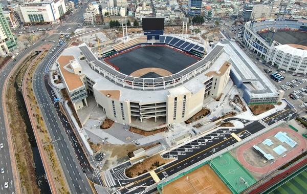 창원 옛 마산종합운동장 자리에 짓고 있는 새 야구장. 현재 97%의 공정률을 보이고 있으며 3월에 개장한다.