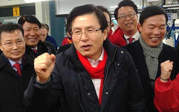 자유한국당 당대표에 출마한 황교안 전 총리가 11일 오후 자갈치시장을 찾은 자리에서 지지자들의 외침에 주먹을 쥐어보이며 화답하고 있다.