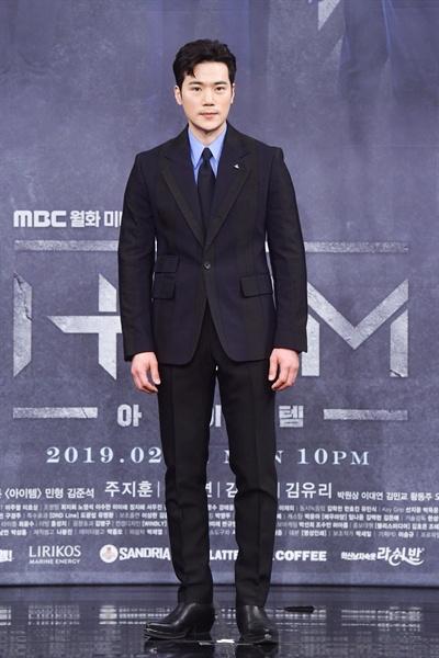 11일 서울 상암동에서 열린 MBC 새 월화드라마 <아이템> 제작발표회에 참석한 배우 김강우.
