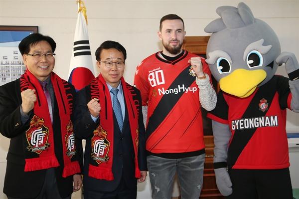 박성호 경남도지사 권한대행은 2월 11일 오후 집무실에서 경남FC 조기호 대표이사와 함께 영국 프리미어리그 출신 조던 머치 선수의 입단식을 가졌다.