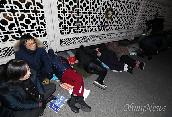 찬바닥에 드러누워버린 '오월어머니'들 오월어머니집 추혜성 이사 등 5·18 희생자 유족들이 11일 오후 서울 여의도 국회 정문 앞에서 자유한국당 김진태·이종명·김순례 의원의 '5·18 망언'에 항의하며 드러누워 농성을 벌이고 있다.
