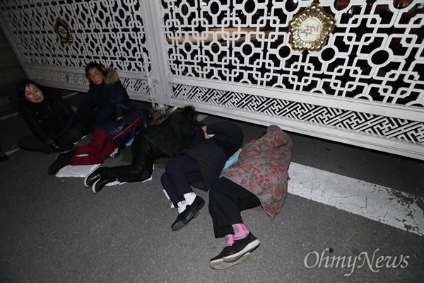 찬바닥에 드러누운 '오월어머니'들 오월어머니집 추혜성 이사 등 5·18 희생자 유족들이 11일 오후 서울 여의도 국회 정문 앞에서 자유한국당 김진태·이종명·김순례 의원의 '5·18 망언'에 항의하며 드러누워 농성을 벌이고 있다.