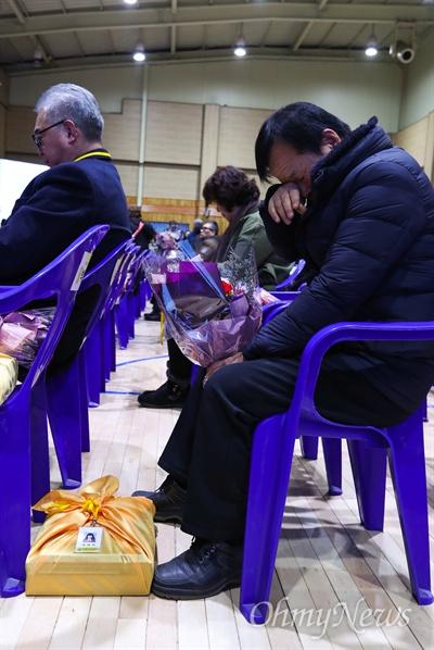 12일 오전 경기도 안산 단원고등학교에서 세월호 참사로 희생된 단원고 학생들의 명예 졸업식이 유가족이 참석해 열리고 있다.