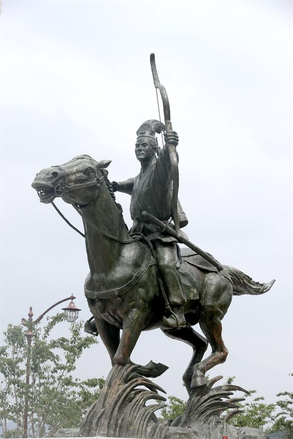 김대문의 <화랑세기>는 화랑들의 삶을 기록했다고 알려졌다. 경주시 석장동에 세워진 화랑을 형상화한 조형물.