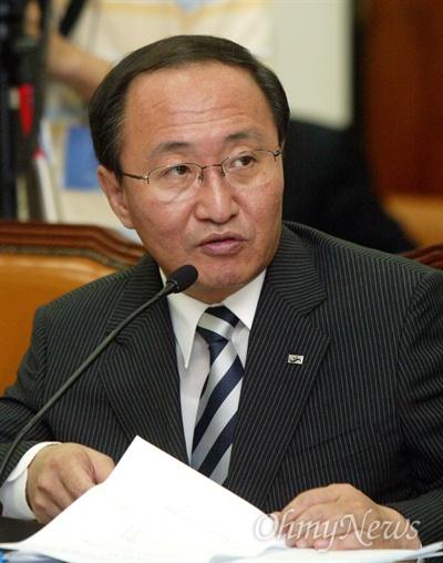 2005년 8월 18일 'X-파일` 녹취록 내용 중 삼성으로부터 소위 '떡값'을 받았던 검사 7명의 실명을 공개한 노회찬 민주노동당 의원이 국회 법사위에서 질의하고 있는 모습.
