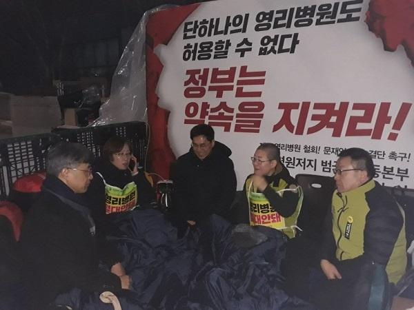 농성 11일 오후 결의대회가 끝나고 나순자 보건의료노조위원장 등이 청와대 앞에서 천막농성에 돌입했다.