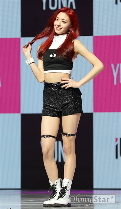 'ITZY' 유나 JYP 신인 걸그룹 ITZY(있지)의 유나가 12일 오후 서울 한남동의 한 공연장에서 열린 데뷔 싱글 < IT'z Different > 발매 쇼케이스에서 포토타임을 갖고 있다.  ITZY(있지)는 꼭 갖고 싶고 절대 놓치고 싶지 않은 존재를 뜻하는 트렌디한 단어 'IT'을 포함해 '너희가 원하는 거 전부 있지? 있지!'라는 의미를 담은 걸그룹으로 예지, 리아, 류진, 채령, 유나로 구성되어 있다.