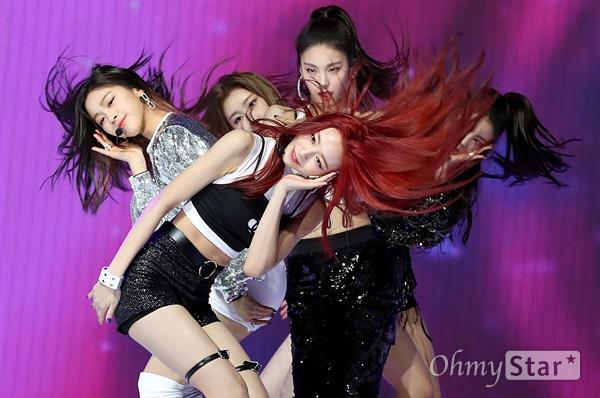 ITZY, 에네제틱한 컬러! JYP 신인 걸그룹 ITZY(있지)가 12일 오후 서울 한남동의 한 공연장에서 열린 데뷔 싱글 < IT'z Different > 발매 쇼케이스에서 타이틀곡 '달라달라'를 선보이고 있다. ITZY(있지)는 꼭 갖고 싶고 절대 놓치고 싶지 않은 존재를 뜻하는 트렌디한 단어 'IT'을 포함해 '너희가 원하는 거 전부 있지? 있지!'라는 의미를 담은 걸그룹으로 예지, 리아, 류진, 채령, 유나로 구성되어 있다.