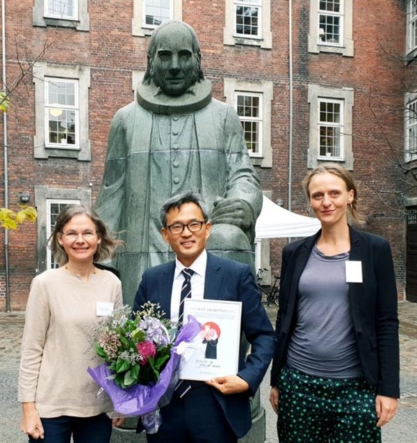오연호 작가는 비덴마크인 최초로 '그룬트비상'을 수상했다.