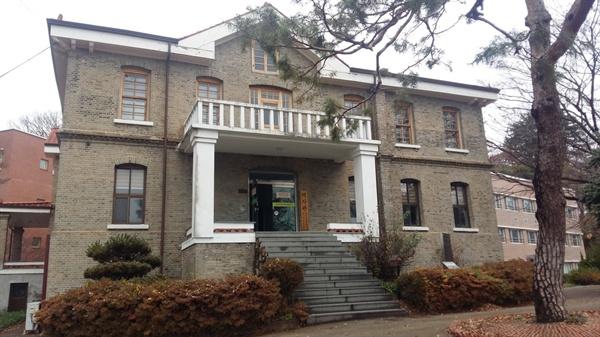 1911년에 건립된 수피아 홀. 광주만세운동 하루 전인 3월 9일 수피아 여학교 학생들이 이곳에 모여 거사를 준비했다. 학교명, 수피아는 이 건물에서 유래했다. 등록문화재 158호
