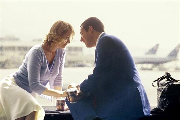 그들의 사랑은 평범함과 거리가 멀어 보인다. 영화 <펀치 드렁크 러브>의 한 장면.
