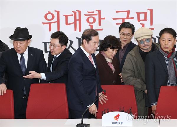 5.18 단체 대표단 만난 김병준  자유한국당 김병준 비상대책위원장이 13일 오후 국회를 방문한 5.18 단체 관계자들과 면담하기 위해 자리로 향하고 있다.