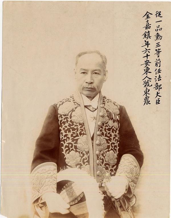대례복 입은 동농 김가진 뛰어난 외교관이자 개혁 관료, 당대 명필이었던 동농 김가진은 대한제국 대신 중 유일하게 해외 독립운동에 투신했다.