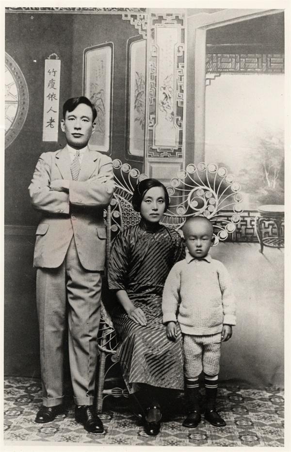 1935년 난징에서 김의한과 정정화, 김자동 동농 김가진의 아들 김의한, 며느리 정정화는 중국에서 임시정부와 함께 독립운동에 헌신했다. 사진 속 아이는 김의한과 정정화의 아들 김자동으로 대한민국임시정부기념사업회장으로 일하고 있다