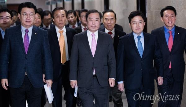 자유한국당 김병준 비상대책위원장등 당지도부가 14일 오전 국회에서 열린 비대위 회의 참석을 위해 회의실로 향하고 있다.