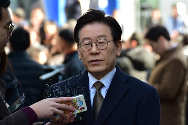 직권남용 및 공직선거법 위반 혐의를 받고 있는 이재명 경기도지사가 14일 수원지법 성남지원에서 열린 첫 심리에 참석하고 있다.