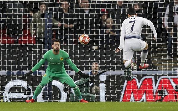 도르트문트 상대로 결승 골 터뜨리는 손흥민 손흥민(토트넘, 오른쪽)이 13일(현지시간) 영국 런던 웸블리 스타디움에서 열린 도르트문트(독일)와의 2018-2019 유럽축구연맹(UEFA) 챔피언스리그 16강 1차전 경기에서 팀의 첫 골을 넣고 있다. 이날 후반 2분 결승 골을 터뜨린 손흥민은 4경기 연속골을 뽑아내며 팀의 3-0 승리를 이끌었다.
