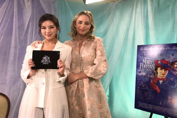 <메리 포핀스 리턴즈> 주연배우 에밀리 블런트와 만남을 가진 뮤지컬 스타 정선아.  한국어 더빙 버전에서 빼어난 가창력을 선보였다.