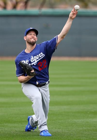 커쇼 '캐치볼도 실전처럼' LA 다저스의 클레이턴 커쇼가 14일(현지시간) 미국 애리조나주 글렌데일의 캐멀백 랜치 스프링캠프 훈련장에서 류현진과 캐치볼을 하며 공을 던지고 있다.