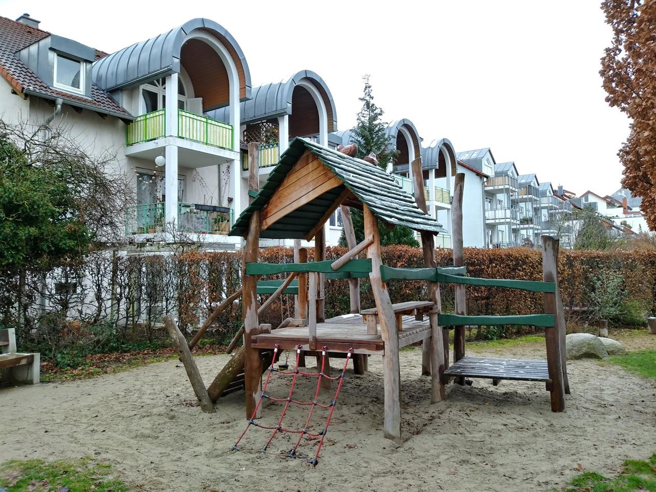 아이들의 놀이터 주택가 어디서든 쉽게 보이는 놀이터의 모습인데, 바닥은 죄다 모래고 놀이기구는 울퉁불퉁한 나무로 만들어져 있었다.