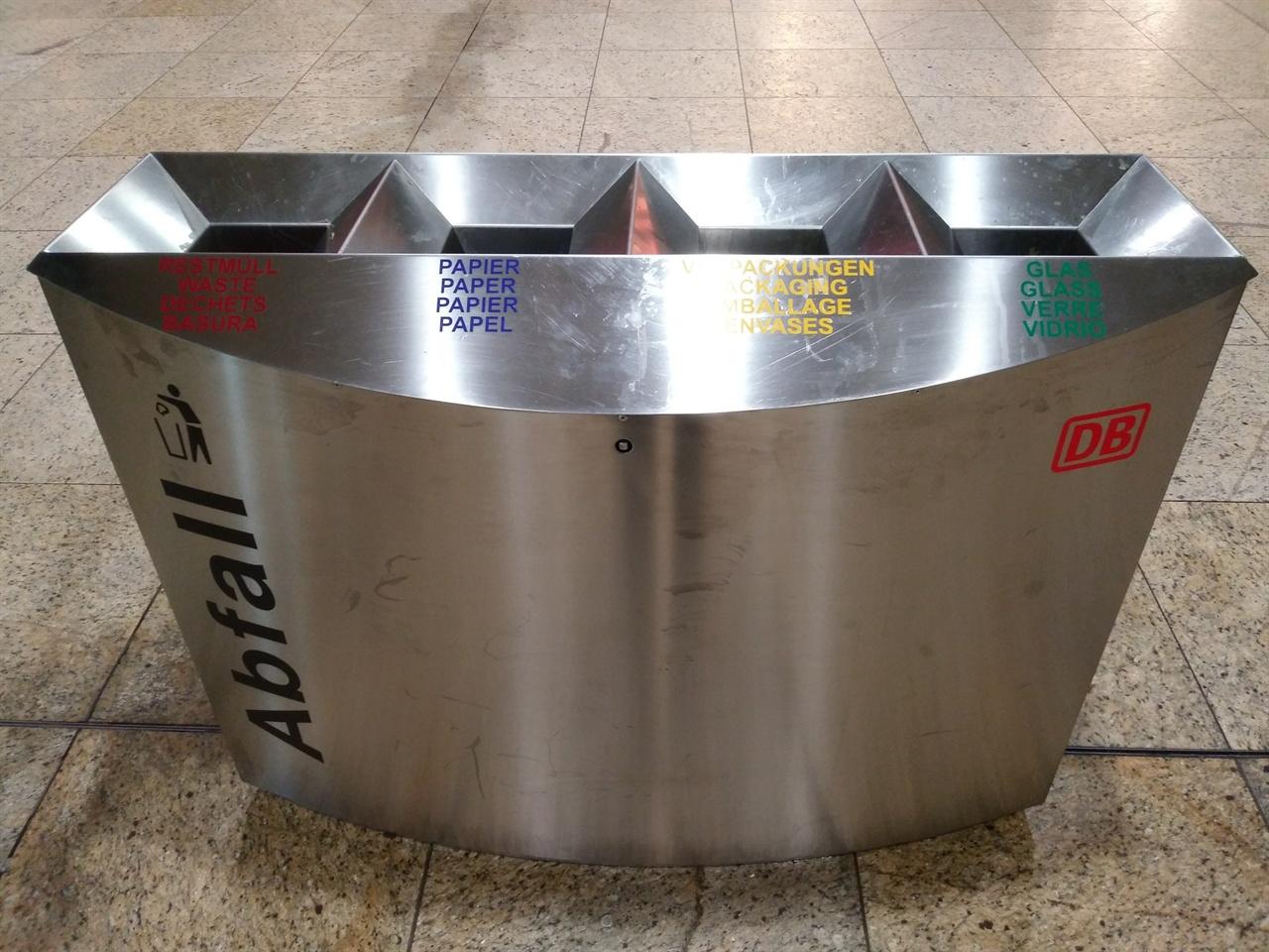 길거리의 쓰레기통 분리수거용 쓰레기통이 같은 크기와 모양으로 거리 곳곳에 설치되어 있는데, 하나같이 쓰레기통 안팎이 말끔하게 치워져있다.