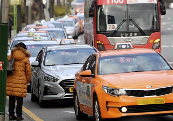 서울 택시 기본요금이 16일부터 3천800원으로 오른다. 심야 요금은 4천600원부터 시작한다. 서울시는 최종 조정된 택시요금을 16일 오전 4시부터 적용한다고 6일 밝혔다. 사진은 지난 6일 오후 서울역에서 대기 중인 택시.