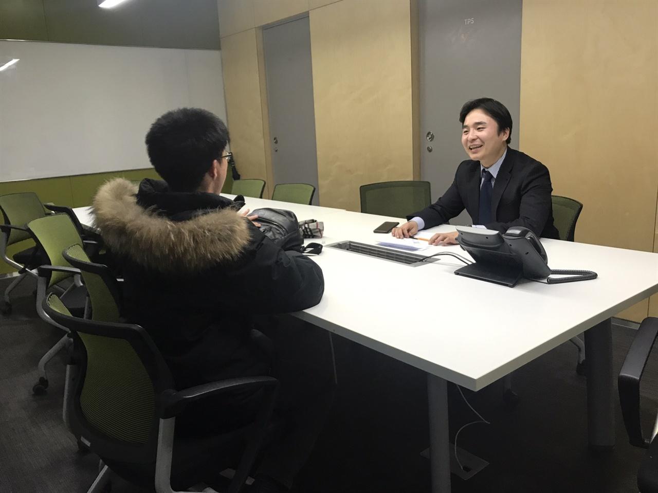 이문현 MBC 기자가 <오마이뉴스>와 인터뷰를 하고 있다.